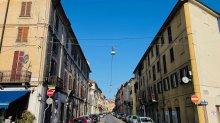 Due passi fotografici sul corso per Porta Milano