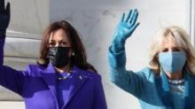 Kamala Harris (a sinistra in viola) e Jill Biden