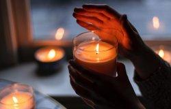 Candele alle finestre in ricordo delle vittime del Coronavirus