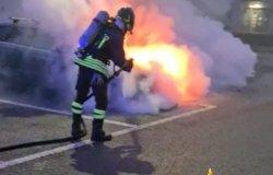 Caresanablot: veicolo in fiamme in un parcheggio