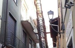 Borgosesia: cede un cornicione in via Ferro