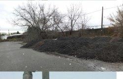 Materiale edile abbandonato in un parcheggio