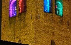 Torre civica con i colori di Arlecchino