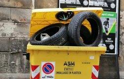 Pneumatici nel cassonetto della plastica, ma sono rifiuti speciali