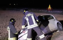 Tronzano: in un fosso con l'auto, due persone in ospedale