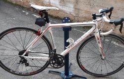 Fermato con una bicicletta da corsa rubata