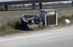 """""""Mobili e frigo abbandonati sulla strada tra Vercelli e Prarolo"""""""