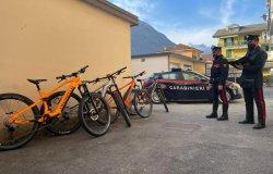 Ruba 4 e-bike dal negozio vicino a casa: denunciato