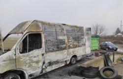 Il furgone si incendia mentre abbandonano rifiuti: denunciati