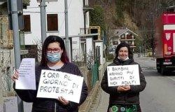 Due maestre in piazza contro la Dad: un'ora al giorno di protesta