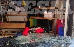 Vercelli: auto sfonda la vetrina della Pelletteria Sabatino