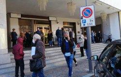 Code per fare il vaccino: assembramento davanti al Teatro Pro Loco