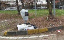 Parcheggio cimitero: abbandonano rifiuti, beccati e multati