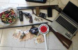 Pistola, munizioni e passamontagna in auto: arrestato