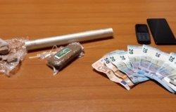 Fugge dai Carabinieri e butta nei campi 150 grammi di droga