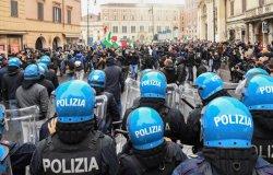 Bombe carta e scontri alla manifestazione a Roma contro le chiusure