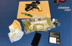 Armi e droga in casa: arrestato un uomo di 30 anni