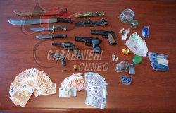 Trovati con 1,2 chili di droga, 4.300 euro ed armi