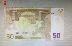 Ordina pizza e birra e paga con 50 euro falsi, denunciato