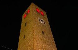 La torre civica si illumina di rosso
