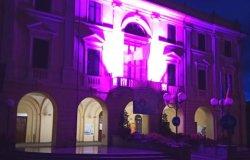 Santhià: la facciata del municipio si tinge di viola