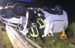 Crova, auto si ribalta: tre feriti, una donna in codice rosso