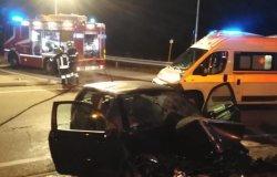 Serravalle: auto contro il muretto della rotonda, ferita una donna