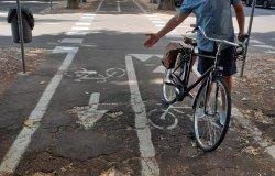 """Viale Rimembranza: """"Troppe buche e radici sulla pista ciclabile"""""""