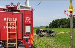 Oldenico: furgone si ribalta in un campo
