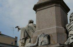Danneggiata la statua a Cavour