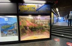 Milano: all'uscita della metro  vetrina per Biella, Valsesia e Vercelli