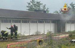 Trino: in fiamme un capannone