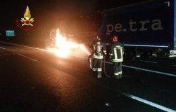 Autoarticolato a fuoco sulla A4, trasportava ferro