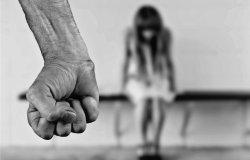 Anni di minacce e lesioni alla presenza dei figli: querela il marito
