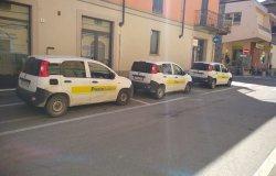 Auto di Poste Italiane occupano tre parcheggi in centro