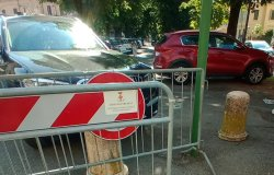 """Vercelli: """"Transenne e auto impediscono il passaggio ai disabili"""""""