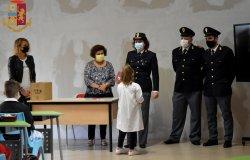 """La polizia consegna """"Il mio diario"""" alle classi quarte delle primarie"""