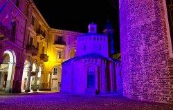 A Biella il Battistero si colora di viola