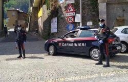 Prendono a bastonate un'auto e il conducente: denunciati due fratelli
