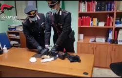 Rapina un ufficio postale con un coltello, arrestato - Il video