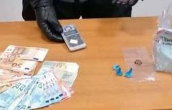 Nasconde droga in casa e un connazionale sotto al letto: arrestato
