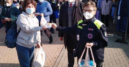 Santhià distribuzione mascherine al mercato